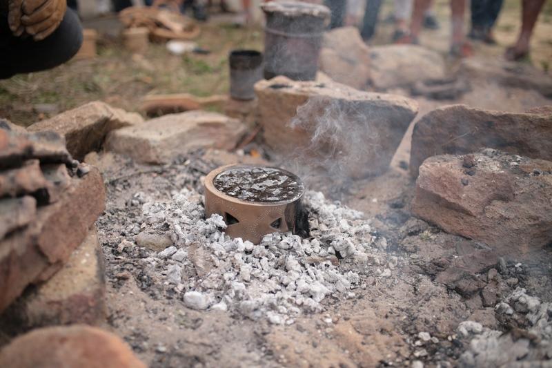 Réduction du brai de bouleau dans une céramique
